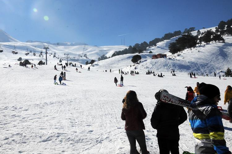 Isparta'nın doğusunda bulunan Davraz Kayak Merkezi, 1,5-3 metre arasında değişen kar kalınlığı ile kayakseverler ve kar keyfi yaşamak isteyenlerin ilgisini çekiyor. Merkeze gelenler kızak, kayak ve snowboard ile kayma imkanı buluyor.