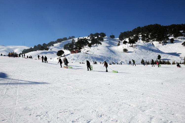 Yarıyıl tatilinin başlamasıyla büyük yoğunluk yaşanan merkezin yüksek rakımlarında nisan ayının sonuna kadar kayak yapılabiliyor.